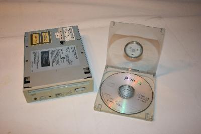 Unidad de CD y la caja donde se introducían los discos