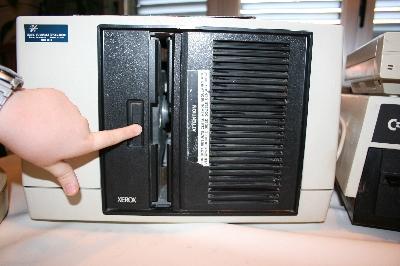 El botón (con el indicador de funcionamiento) se aprieta para abrir la puerta de la unidad