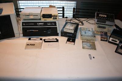 Unidades y discos de distintos tamaños, unidad de CD y unidades de cinta