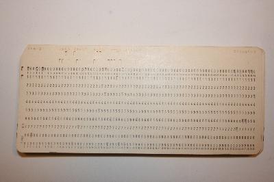 Pila de fichas perforadas con un programa COBOL