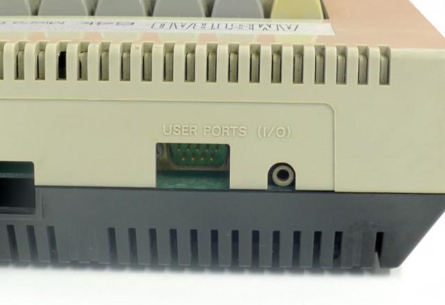 Éstos serían el puerto de joystick y el conector para auriculares en la versión final